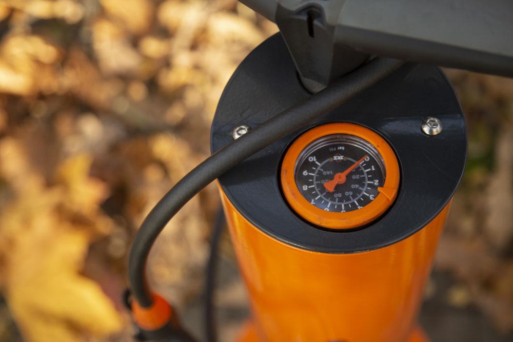 zewnętrzna pompka rowerowa z manometrem