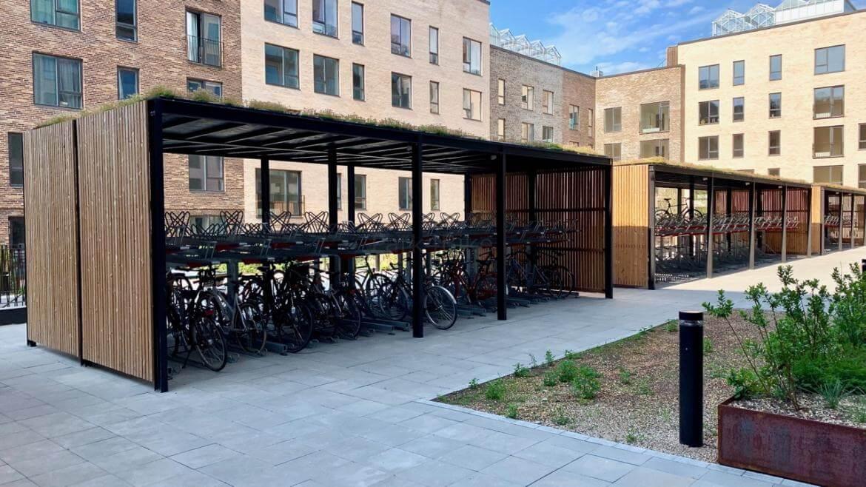 zadaszenie rowerów z zielonym dachem
