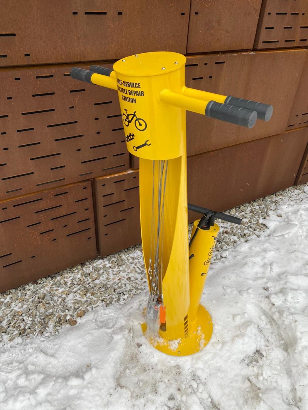 Stacja naprawy rowerów żółta